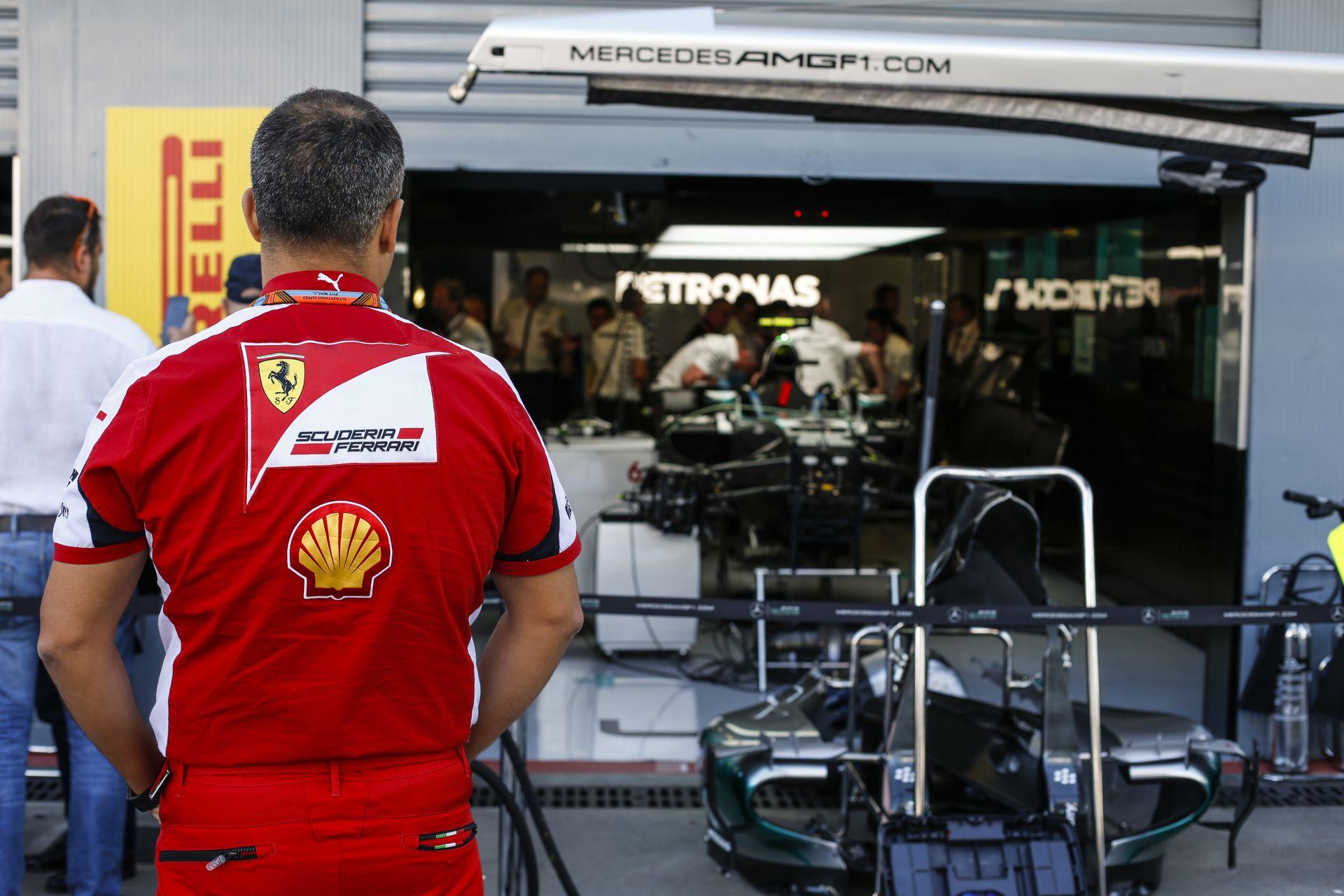 Zseniális trükk a Ferrarinál: hőbörögnek a riválisok