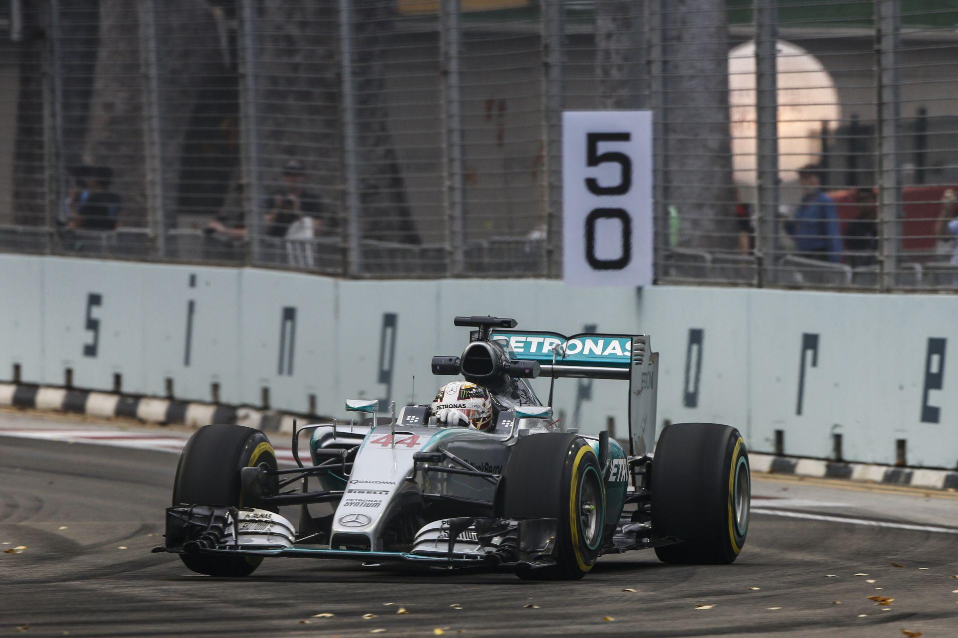 Hamilton és Rosberg is értetlenül áll a mai szingapúri időmérő után - ők sem hiszik el!