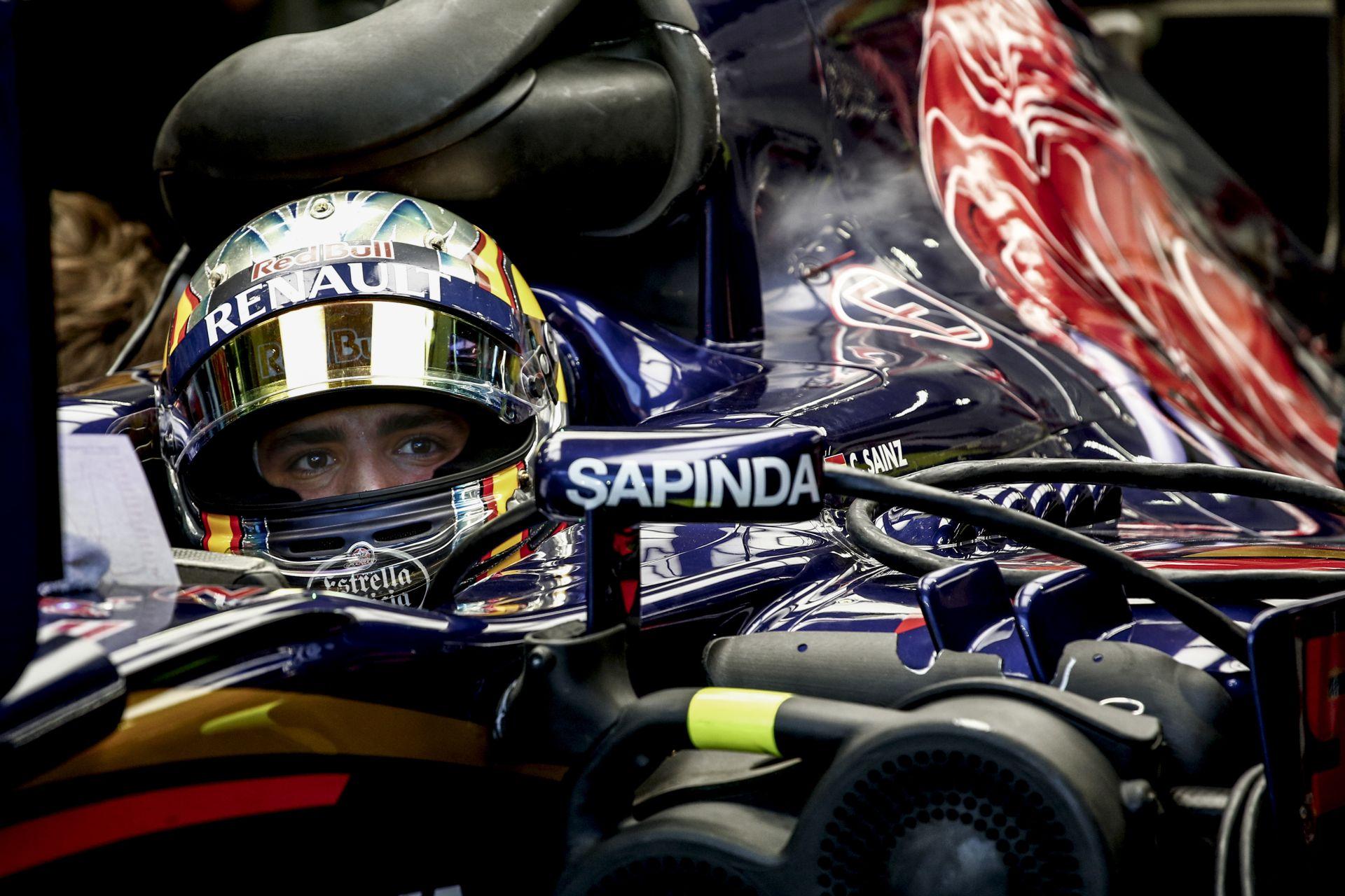 Így vágta neki a falnak Carlos Sainz Jr. a Toro Rossót a szingapúri időmérőn