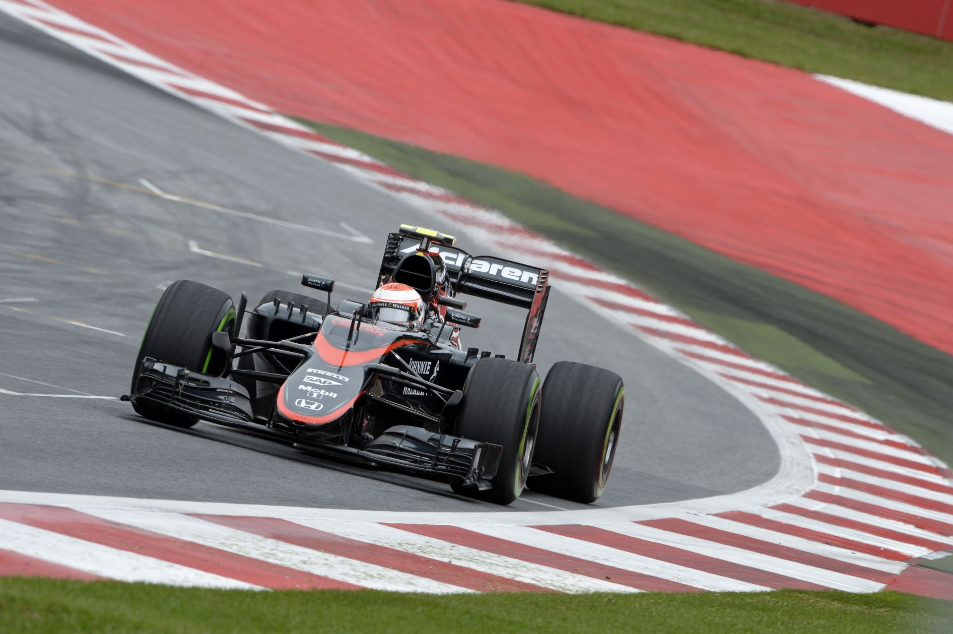 """Még a kanyarból kijőve sem nyomhatja a gázt Alonso, és Button: Egyelőre """"butácska"""" a McLaren-Honda autója"""
