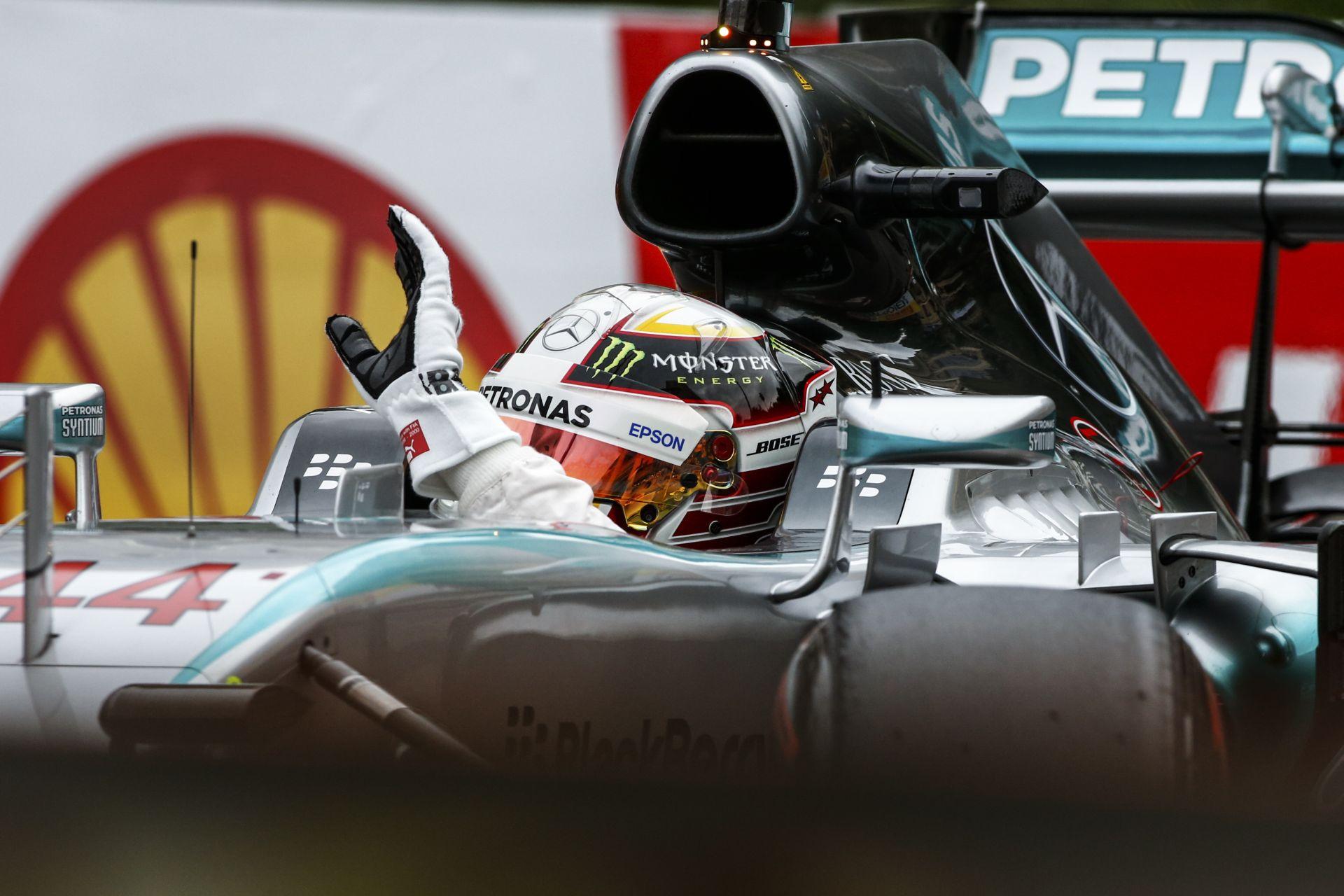 Hamilton egy amatőr taktikai húzás után beleállt a gumifalba, de hozta a második edzést Vettel és Raikkönen előtt