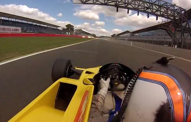 Nagyon ott van a szeren! Legendás F1-es versenygéppel Silverstone-ban! Onboard!