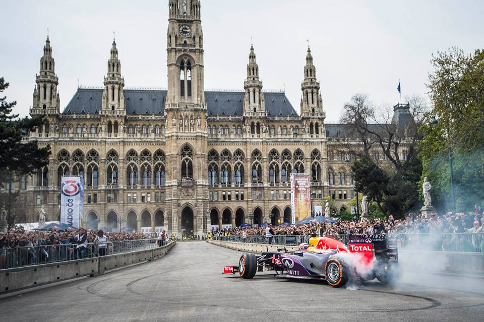 A szomszédban újra felbőgött a V8: Ricciardo 30 ezer ember előtt bemutatózott Bécsben