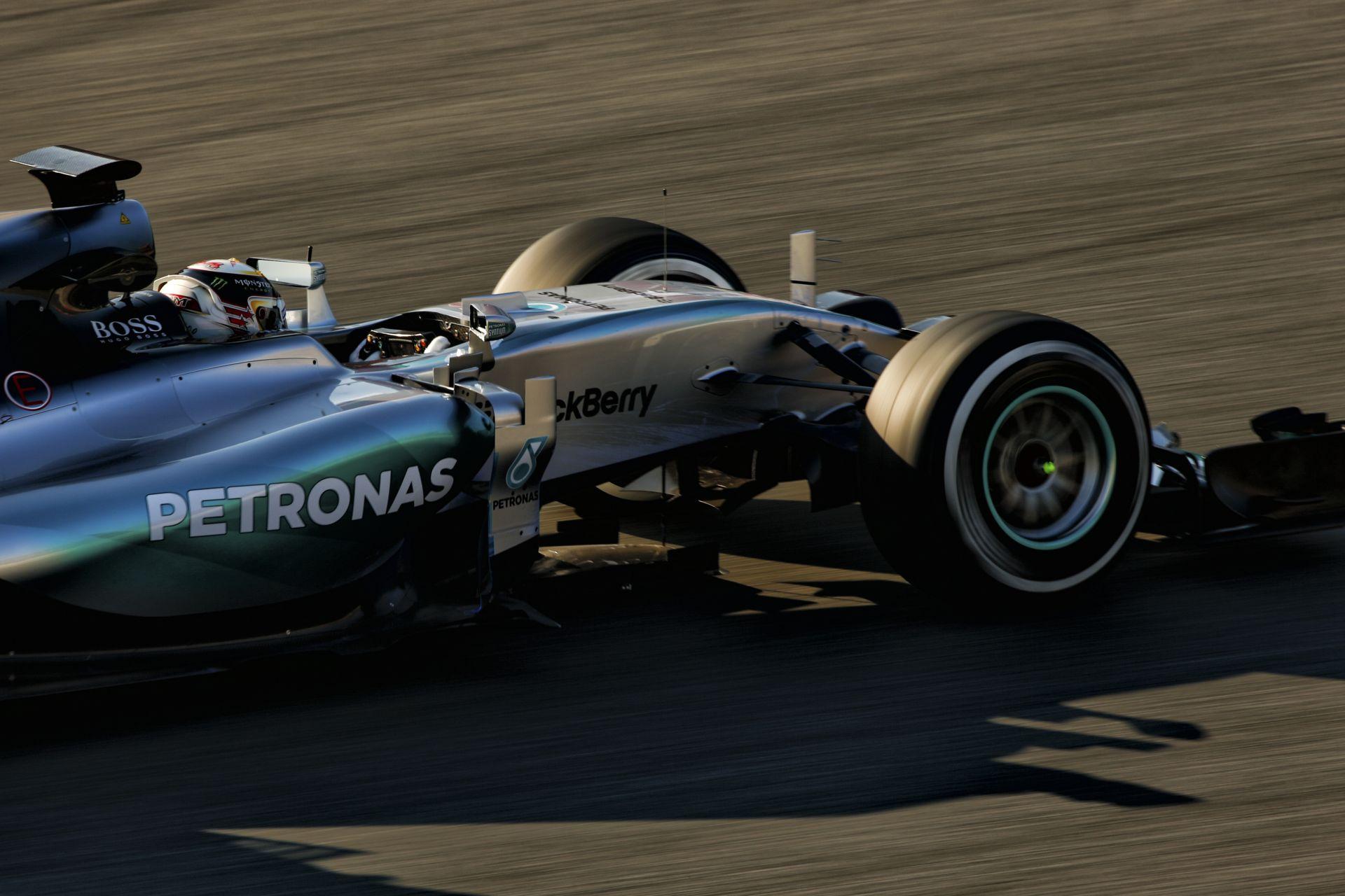 A Mercedes röhögve verheti rommá az F1 mezőnyét: A W06 jobb, mint Chuck Norris