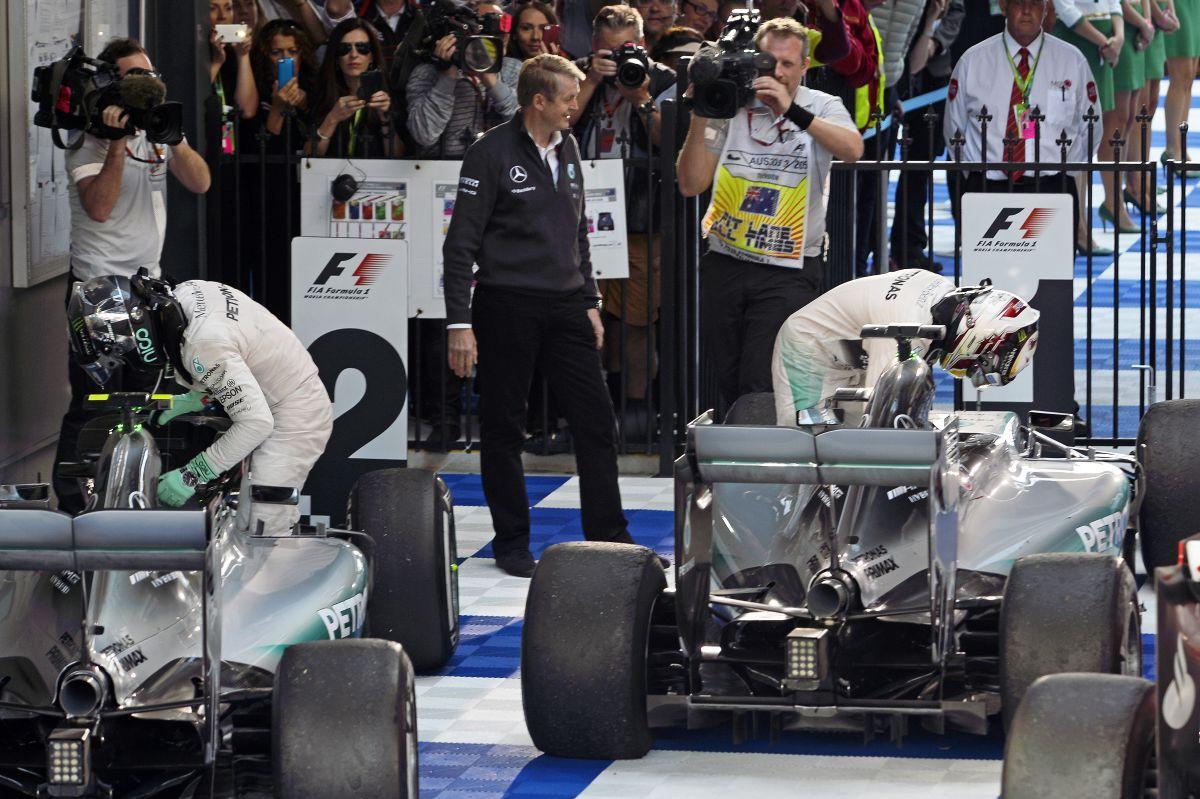 Hamilton a csapattárs beállításával nyert Melbourne-ben - teljesen normális