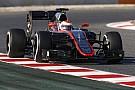 Hamilton kidőlt, a McLaren kihagyhatja a pénteki tesztnapot: Ebédszünet Barcelonában