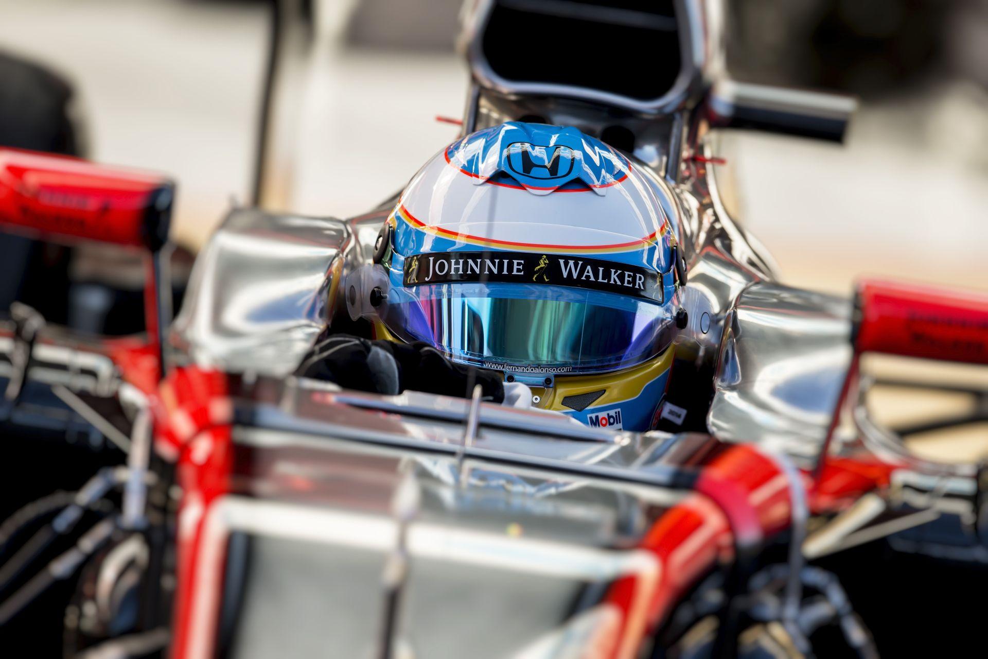 Alonsót mentő vitte el az ütközés után: Sainz vezet Vettel előtt Barcelonában