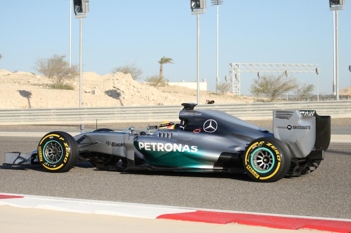 Hamilton: ezeket a motorokat kéne betenni a tavalyi autókba!