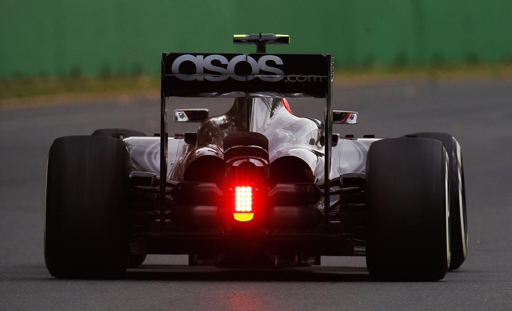 Ilyen, amikor betolnak egy 2014-es F1-es autót: Sokáig nem jutott Magnussen