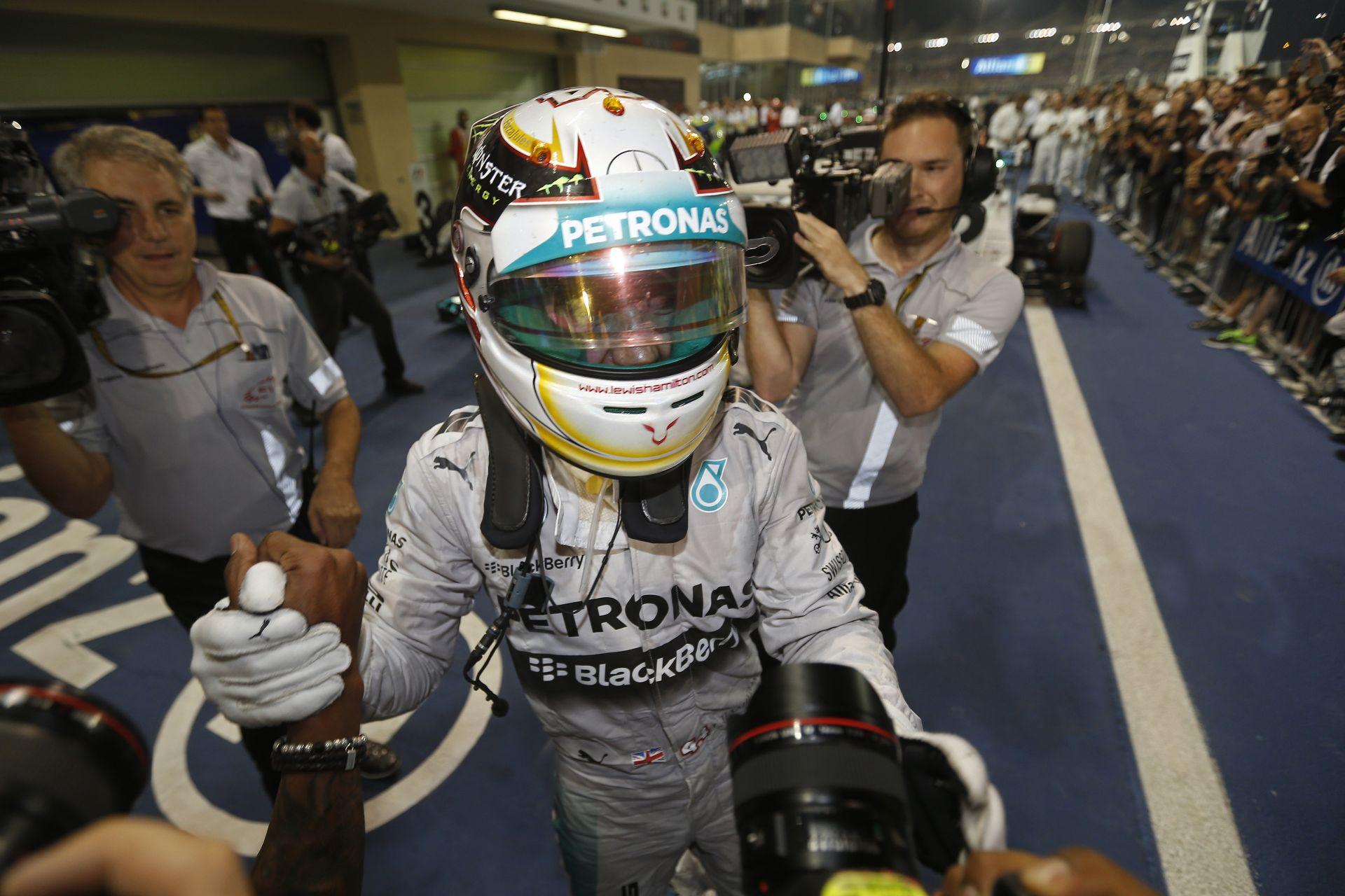 Napról napra egyre többet ér Lewis Hamilton: A Ferrari is akarja őt