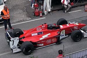 Hillclimb BRÉKING Maga a mennyország: iszonyat durva Formula 3000-es autók a hegyekben