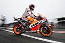 Marquez voor Rossi in crashrijke vierde training