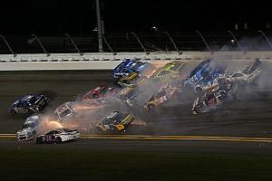 Monster Energy NASCAR Cup Nieuws Video: Het halve veld betrokken bij megacrash op Daytona