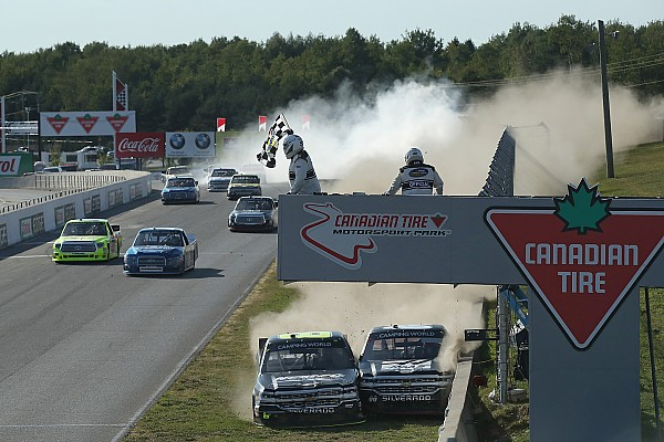 Wilder Crash bei Zieldurchfahrt der NASCAR-Trucks in Mosport