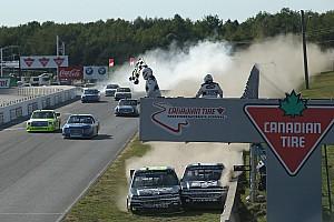 NASCAR Truck Rennbericht Wilder Crash bei Zieldurchfahrt der NASCAR-Trucks in Mosport