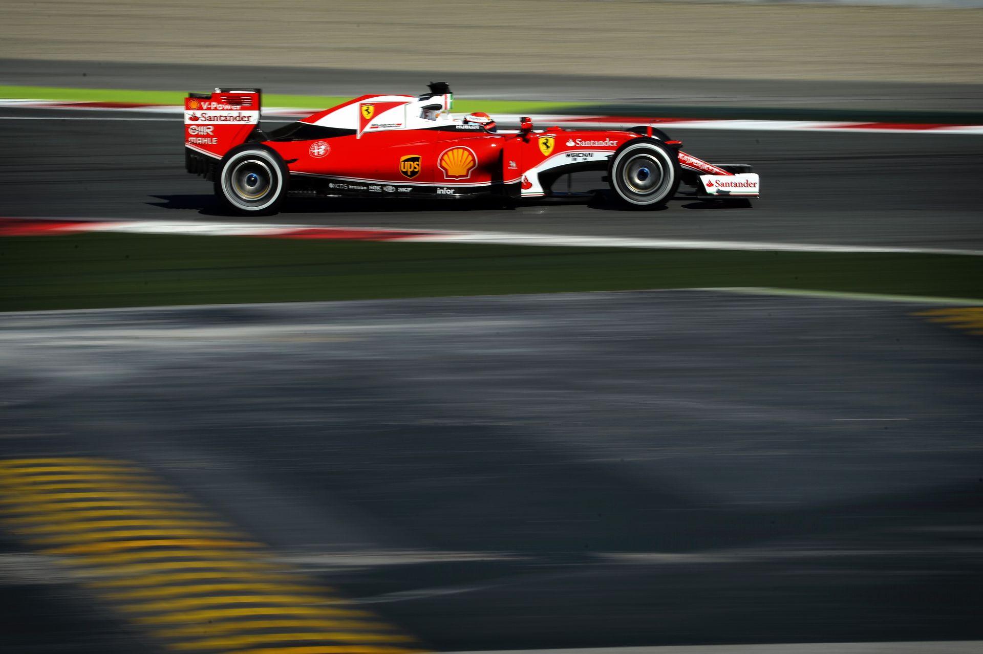 A Mercedes csak a bolondját járatja a Ferrarival?