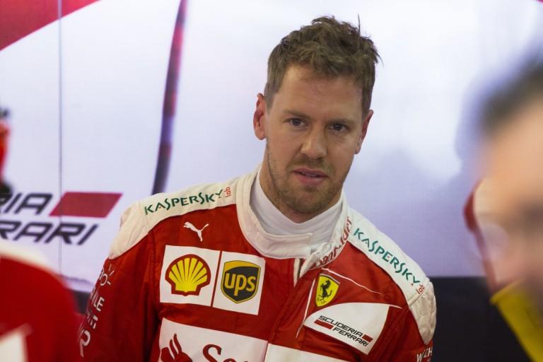 Vettel egy nagyon csinos hostess csajnak mutatta meg az F1-es ülőpozícióját