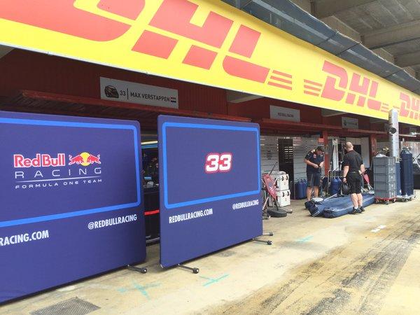 Verstappen neve már ott virít a Red Bull garázsa fölött