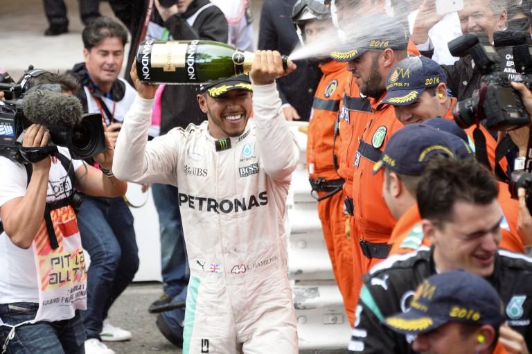 Hamilton még az autóját is leöntötte pezsgővel Monacóban