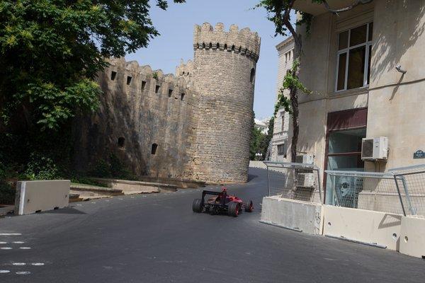 Így takarják el a csúnya épületeket Bakuban az F1 nagydíj ideje alatt