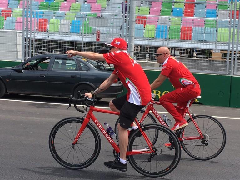 Räikkönen két keréken vizsgálja meg a 6 km hosszú utcai pályát