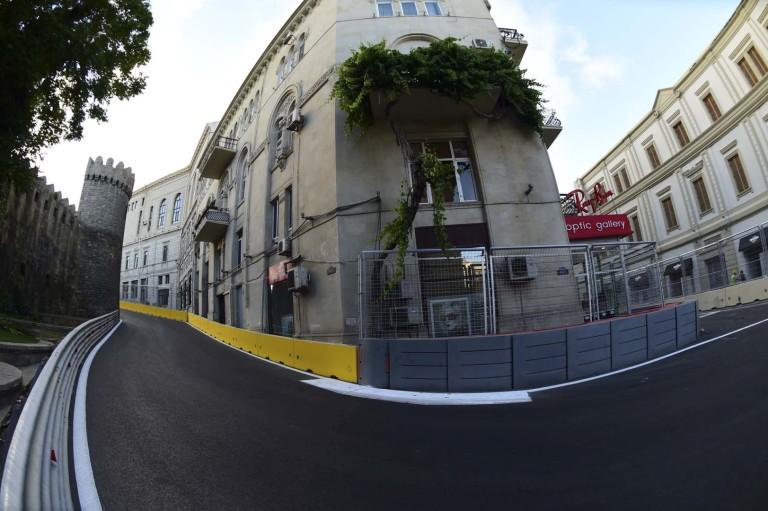 Így fedték le a macskaköveket Bakuban az F1-es pályán