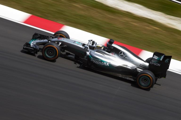 Hamilton űridővel nyerte meg a harmadik edzést Verstappen, Rosberg és a két Ferrari előtt