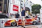 La divertida vuelta de Verstappen y Ricciardo por Tokio