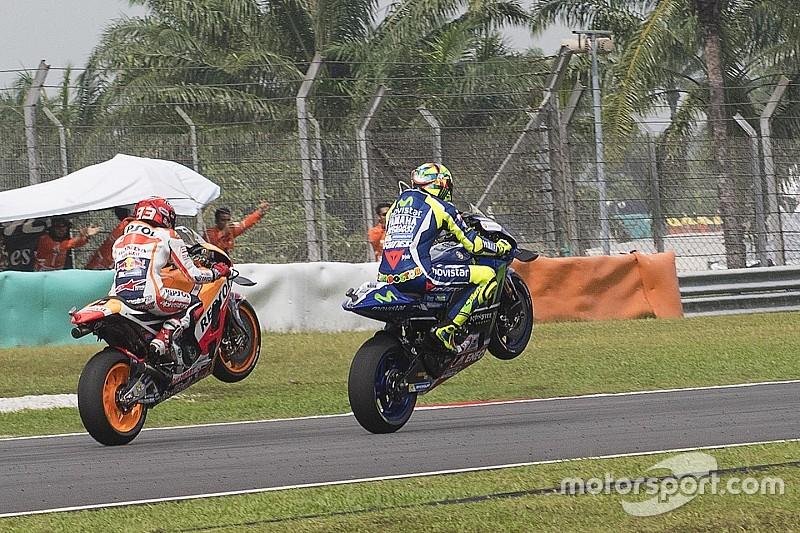 Rossi y Márquez homenajean a Simoncelli con un doble caballito