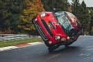 Video: Stuntrijder doet rondje Nordschleife op twee wielen met een Mini