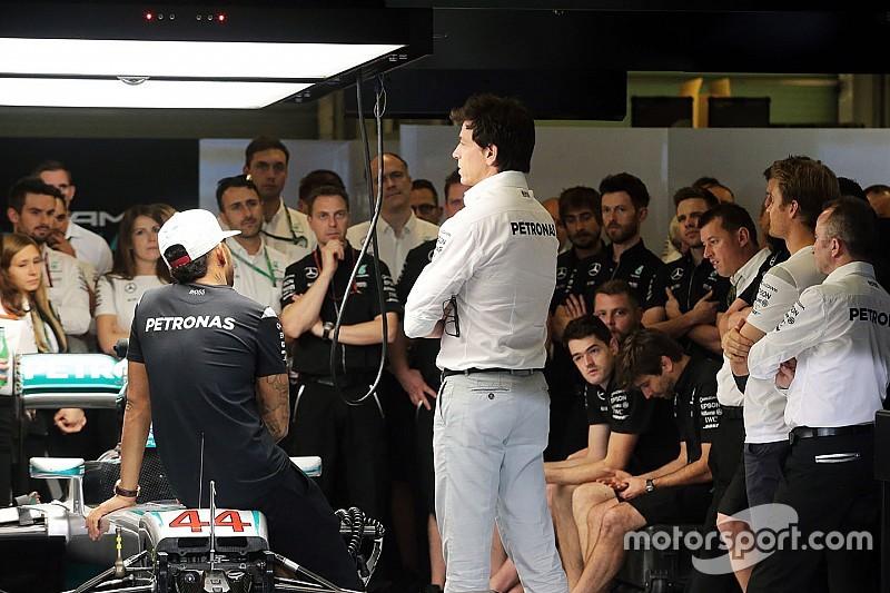 Wolff geeft uitleg over wisselen van techneuten bij Rosberg en Hamilton