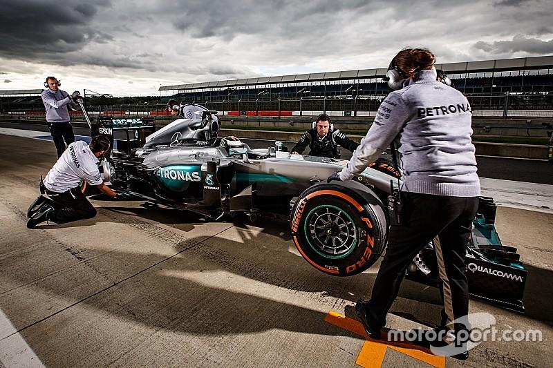 Mercedes tawarkan tes F1 ke Valentino Rossi dan Sebastien Ogier