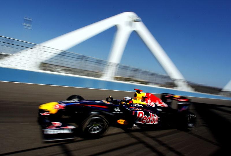 Sebastian Vettel passa por ponte de pista valenciana