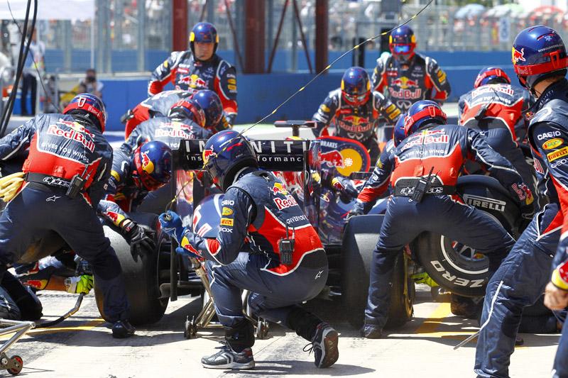Vettel faz uma de suas três paradas nos boxes