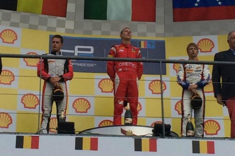 Marciello ouve o hino italiano após sua 1ª vitória na temporada da GP2