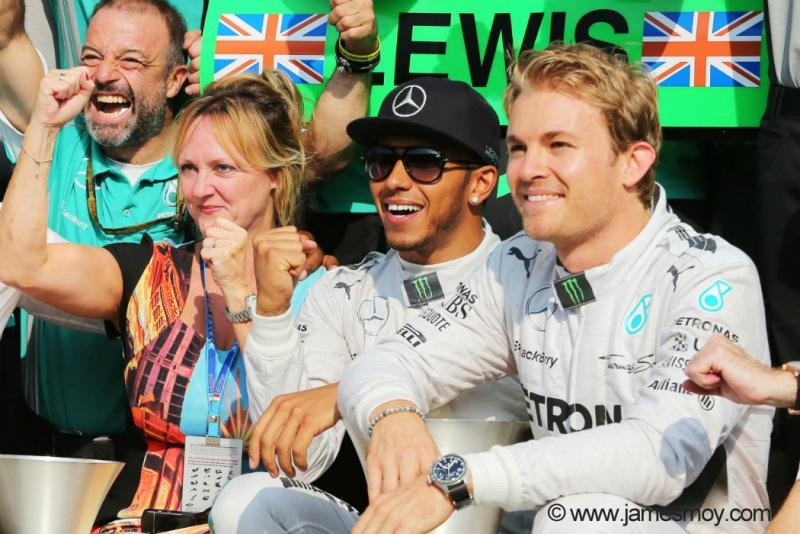Hamilton comemora a vitória diante de um sorridente Rosberg