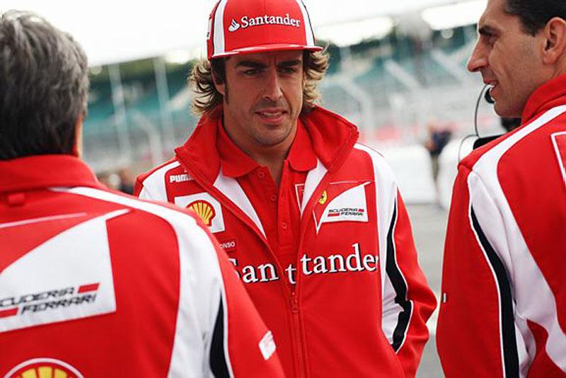Alonso conversa com os engenheiros em Silverstone