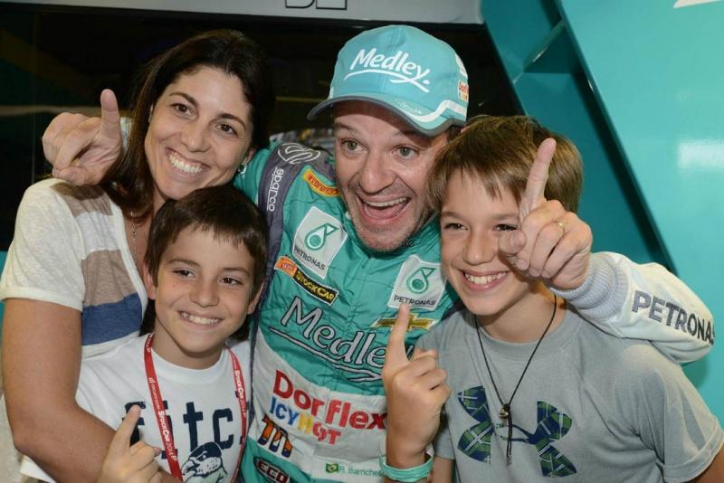 Barrichello comemora com os filhos e a mulher Silvana