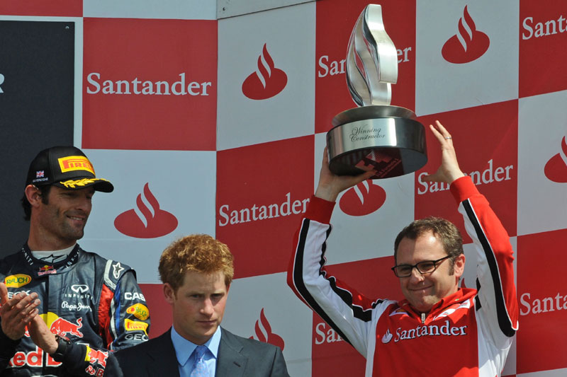 Domenicali recebe troféu de vencedor diante de Mark Webber e do Príncipe Harry