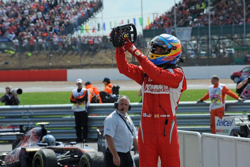 Alonso fez questão de festejar com sua equipe na vitória em Silverstone