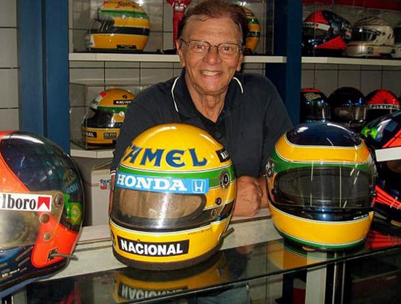 Sid Mosca com os capacetes de Ayrton e Bruno