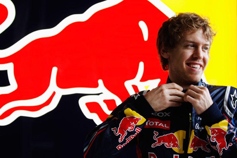 Vettel é só sorrisos nos boxes da Red Bull