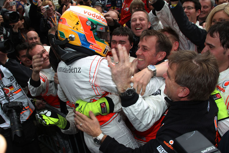 Hamilton comemora com a equipe sua segunda vitória no ano