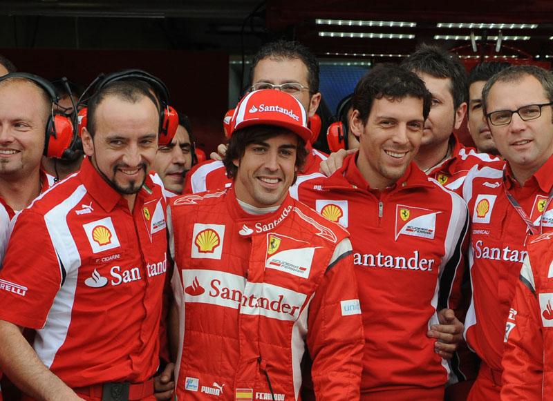 Alonso posa com equipe na comemoração de seu aniversário