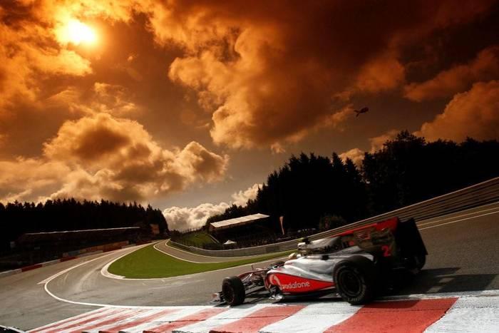 Lewis Hamilton contorna a Eau Rouge