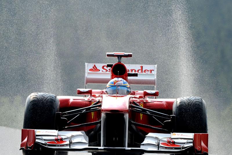 Fernando Alonso levanta água em Spa