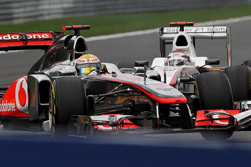 Hamilton perde controle após toque com Kobayashi