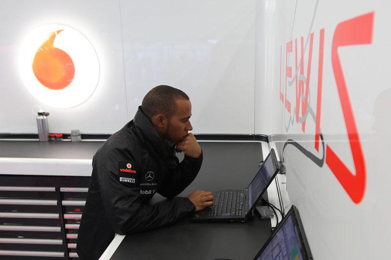 Hamilton disse que voltou atrás ao ver o replay da batida