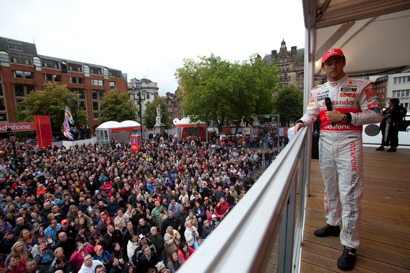 Button participa de evento da Vodafone em Manchester, Inglaterra
