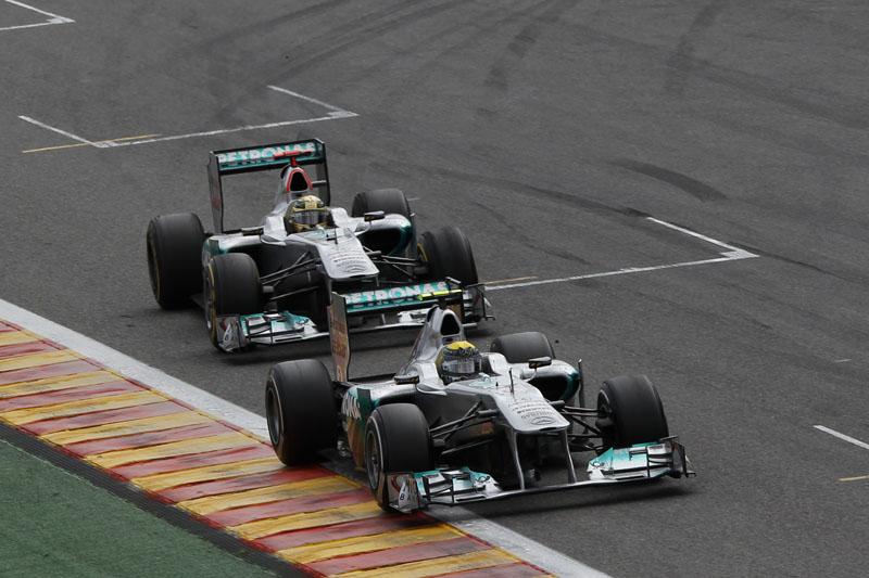 Schumacher encosta em Rosberg em Spa